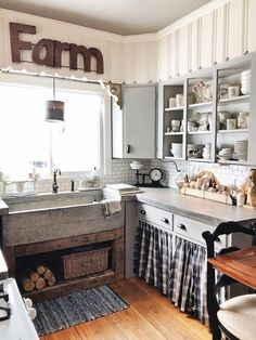 Traditional country kitchens are a design option that is often referred to as being timeless. Over the years, many people have found a traditional country kitchen design is just what they desire so they feel more at home in their kitchen. City Farmhouse, Farmhouse Style Kitchen, Country Farmhouse Decor, Rustic Kitchen, New Kitchen, Vintage Kitchen, Kitchen Decor, Vintage Farmhouse, Kitchen Furniture