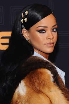 Where: Black Girls Rock! 2016 The style: Rihanna tapped into the hair-embellishment trend on the red carpet at the Black Girls Rock event. Mode Rihanna, Rihanna Riri, Rihanna Style, Rihanna Nails, Rihanna Face, Rihanna Song, Best Of Rihanna, Rihanna Fashion, Rihanna Makeup