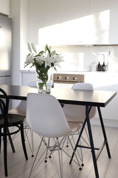 Kitchen white scandinavian marble countertops 17 new Ideas Ikea Cupboards, Simple Kitchen Cabinets, Kitchen Island With Seating, Kitchen Ideas, Kitchen Tips, Eames Chairs, Dining Table Chairs, Dining Room, White Marble Kitchen