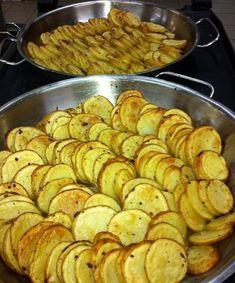 מחפשים מתכון פשוט לפרוסות תפוחי אדמה בסגנון צ'יפס אפוי בתנור? הגעתם למקום הנכון! מתכון מעולה, קלב ופשוט במיוחד לתפוחי אדמה בתנור שיוצאים קריספיים ומוצלחים!