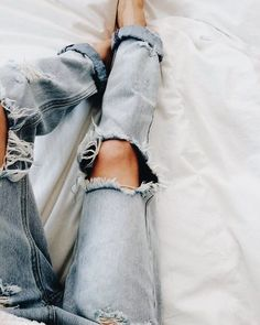 ripped jeans, styling ripped jeans, denim jeans, comfy outfit, denim outfit, fall style, fall fashion 2017