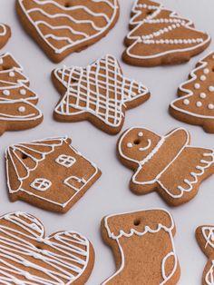 Pierniczki dwufunkcyjne: możesz je zjeść lub udekorować nimi choinkę (a potem zjeść :). Twardsze niż pierniczki staropolskie, z dziurką na wstążkę. Różne, świąteczne kształty