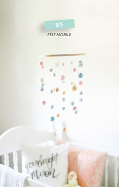 Idée trop cute pour réaliser un mobile pour enfant.  (Photography: Ruth Eileen - rutheileenphotography.com)  Read More: http://www.stylemepretty.com/living/2014/08/12/banana-split-cake/