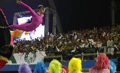 Comissão de frente da escola de samba Rosas de Ouro no primeiro dia de desfiles no Anhembi em São Paulo. 2013