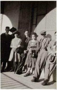 Frida Kahlo (con sombrero) con sus compañeros en el año 1922