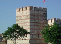 Walls of IST http://www.farhorizons.com/trips/europe/turkishtreasures/TurkishTreasures.php