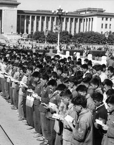 """Chinese Red Guards recite in unisson the quotations from President Mao Zedong """"Little Red Book"""" in front of the Cenotaph to the People's Heroes on Tienanmen Square in Beijing 02 November 1966. Since the Cultural Revolution was launched in May 1966 at Beijing University, Mao's aim was to recapture power after the failure of the """"Great Leap Forward"""". The movement was directed against those """"party leaders in authority taking the capitalist road"""". 撮影日:1966年11月02日"""