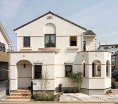 三角形の大屋根、六角形のパティオ、矩形のエントランス。いろいろな要素をインド砂岩のライン貼りで結びました。 南欧風住宅・プロヴァンス アーチ 