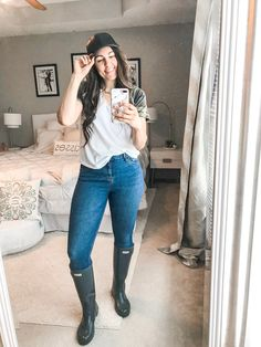 10 Simple and Easy Rainy Day Outfits - the Flexman Flat Source by NeomiDegraffenreidtht outfit summer Cute Rainy Day Outfits, Summer Outfits For Moms, Mom Outfits, Spring Outfits, Outfit Of The Day, Casual Outfits, Fashion Outfits, Outfit Summer, Hunter Boots Outfit