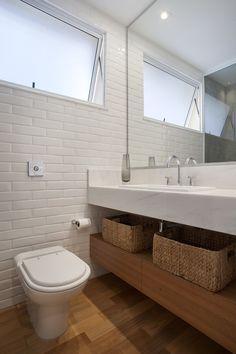 O banheiro ganhou revestimento em cerâmica, modelo Liverpool, da Portobello, por ser de fácil limpeza. Gabinetes da Móveis Ferreira. Pia da Deca (Foto: MCA Estúdio/Divulgação)