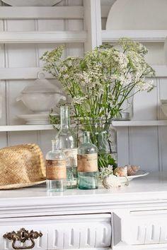 VIBEKE DESIGN: Små gamle skjønnheterb blog with beautiful displays of flowers, vintage bottles and shells