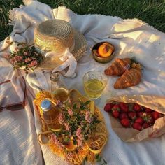 Picnic Date, Summer Picnic, Summer Baby, Aesthetic Food, Aesthetic Photo, Aesthetic Pictures, Aesthetic Yellow, Korean Aesthetic, Summer Aesthetic