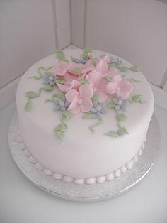 Cake with sugar Hydrangea flowers - Cake Decorating Writing Ideen Creative Cake Decorating, Birthday Cake Decorating, Cake Decorating Techniques, Cake Decorating Tutorials, Creative Cakes, Pretty Cakes, Beautiful Cakes, Amazing Cakes, Elegant Birthday Cakes