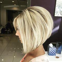 carré plongeant dégradé blond avec brushing