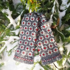 Snowy days and flowerish mittens ❄🌼 Choose your favorite Mittens Pattern, Knit Mittens, Knitted Gloves, Knitting Socks, Hand Knitting, Knitting Patterns, Wrist Warmers, Hand Warmers, Cowl Scarf