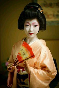 Geisha(geiko)#maiko #japan #kyoto #geisha Japanese Geisha, Japanese Beauty, Japanese Kimono, Vintage Japanese, Geisha Japan, Moda China, Geisha Art, Kimono Japan, Geisha