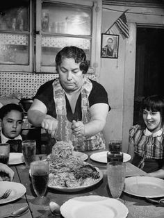 Mother Serving Spaghetti to Her Children Photographic Print - Food Experience - Vintage Clock Old Pictures, Old Photos, Fee Du Logis, Summer Family Pictures, Italian People, Photo Vintage, Family Picture Outfits, Vintage Italy, Kids Poster