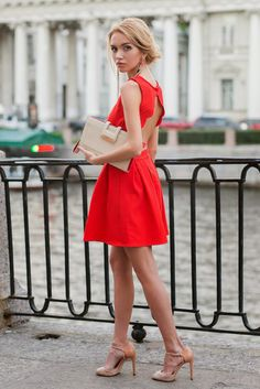 Robe chic rouge dos nu avec sandales à talons hauts
