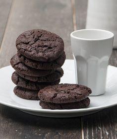 Αφράτα και μαλακά κούκις σοκολάτας. Βγάλτε τα ζεστά-ζεστά από το φούρνο και βουτήξτε τα σε γάλα. Brownie Cookies, Cookie Desserts, Fun Desserts, Cookie Recipes, Biscuits, Cheesecake Brownies, Biscuit Cookies, Desert Recipes, Sweet Recipes