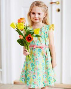 Lilly kjole m. vingeærmer  Foråret står i fuldt flor. Klæd pigerne på i poplin med smukke print i støvede pasteller.  - stof2000.dk