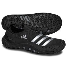 The men's adidas Jawpaw 2.0 water shoes deliver breathable quick-drying support, extra protection in the vulnerable toe area, and sticky traction for maximum grip in wet and slippery conditions. A specially designed midsole maximizes water drainage.