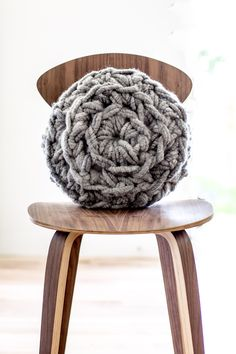 A beautiful chunky, hand crochet round pillow pattern by Anne Weil of Flax & Twine. Pattern comes with How-to videos and step-by-step photographic tutorial. Crochet Round, Crochet Home, Diy Crochet, Hand Crochet, Chunky Crochet, Crochet Crafts, Crochet Cushions, Crochet Pillow, Crochet Blanket Patterns
