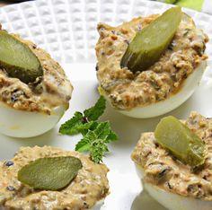 Huevos rellenos de mejillones y pepinillos