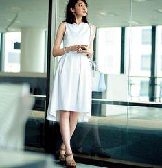 """清潔感があって、知的そうで、爽やかで……夏のオフィスで目を引くのは決まって""""白を素敵に着ている""""女性。そこで今回は、知的な印象を醸し出すノースリブラウスの着まわしを3つご紹介します♡ """"白多め""""なワードローブでこの夏のモテを叶えましょう♡"""