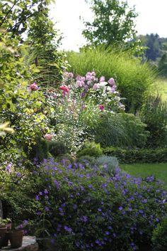 Ein Schweizer Garten: Einen Garten selber planen? Garden Borders, Outdoor Areas, Garden Inspiration, Beautiful Gardens, Nature, Home And Garden, Romantic, Patio, Country