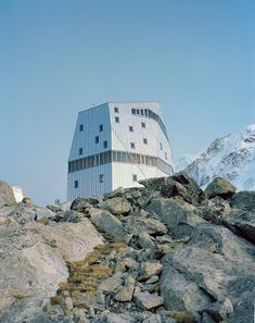 The Monte Rosa Hut is a multi-story shelter, in an isolated mountain location, in Zermatt. The Monte Rosa Hut, created by Schweizer Alpen-Club SAC in… Zermatt, Building A House, Multi Story Building, Building Homes, Villa, Switzerland, Facade, Skyscraper, Turismo
