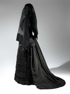 "American mourning dress, ""Death Becomes Her: A Century of Mourning Attire"" at the Metropolitan Museum of Art. Photo Credit: © The Metropolitan Museum of Art, by Karin L. Victorian Era, Victorian Fashion, Vintage Fashion, Steampunk Fashion, Victorian Dresses, Fashion Goth, Victorian Gothic Clothing, Gothic Steampunk, Steampunk Clothing"