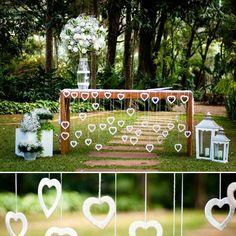 """""""E esse altar que ao invés de pendurar elementos atrás, usa a própria mesa como suporte?  Idéia da decoradora Odette Castro  www.anoivadebotas.com.br…"""""""