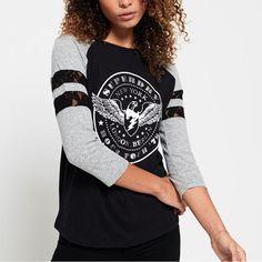 ★Superdry極度乾燥のロゴをヴィンテージ風に仕上げたグラフィックラメプリント、カラー配色のラグラン、レース装飾の切り替えが女性らしいアンバランスさがおもしろいTシャツ