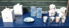 2 katten dozen ongeglazuurd, 2 katten dozen met muis in blauw, 4 raku gestookte bekers en 2 vrouwlijke krijgers