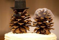 So cute and simple DIY Pinecone Cake Topper for Christmas Winter Wedding. Christmas Wedding Cake Toppers Sød og enkel gør-det-selv grankogle.kagefigur til bryllupskage til Vinter Jule Bryllup eller naturbryllup eller skovbryllup. Bryllupskagefigur. Topfigur