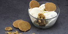 Stroopwafel ijs om je vingers bij af te likken zo lekker. Sorbet, Waffles, Ice Cream, Breakfast, Desserts, Food, No Churn Ice Cream, Morning Coffee, Tailgate Desserts