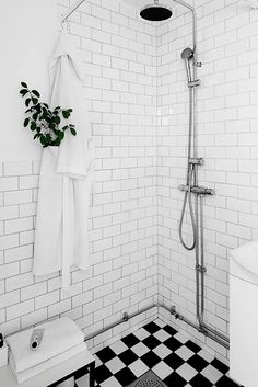 Great idea for a small bathroom a shower screen to fold - Dekoration Trends Site Wet Room Bathroom, Laundry In Bathroom, Simple Bathroom, Basement Bathroom, Bathroom Interior, Bathroom Remodeling, Bathroom Ideas, Neutral Bathroom, Tiny Bathrooms