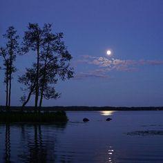 Onnea seuraavalle itsenäisyyden vuosisadalleCelebrating Finland's 100 years of independence . . .  #suomi100 #suomi #itsenäisyyspäivä #sininenhetki #suomenluonto #luonto #luontokuva #kuutamo #kuunsilta #nelkytplusblogit #finland #ourfinland #myfinland #finnishnature #moon #lake #moonriver #naturelover #nature
