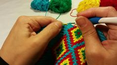 Modeling stitches by crochetting a Mochila bag to prevent peaking off carry threads and get stitches in the right place.