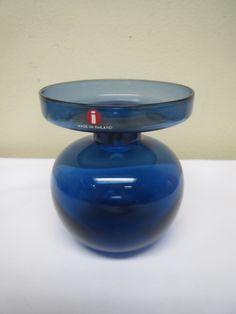 Iittala, Erkki Vesannon suunnittelema sininen kynttilänjalka.  Ehjä ja hyväkuntoinen.  Korkeus 9 cm.  MYYTY.