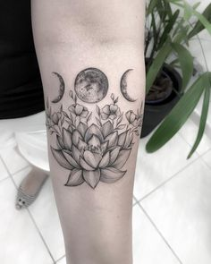 Tatuagem criada por Carla Crisper (carlacrisper) de Mogi das Cruzes.    Flor de lótus com fases da lua. Future Tattoos, Love Tattoos, Black Tattoos, New Tattoos, Tatoos, Celtic Tattoo For Women, Tattoos For Women, Wicca Tattoo, Delicate Tattoo
