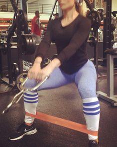 Travailler les fessiers avec une bande élastique de résistance – Musculation au féminin