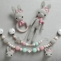 Die süüüüße kleine Ida hat vor kurzem dieses Set für richtige kleine Mädchen bekommen! Ich hab schon ein Foto mit ihr und den Sachen gesehen - ich glaub, sie mag es ! Danke, liebe Anna . #teamrosa #häkeln #geschenkzurgeburt #hase #grau #rosa #mint #schnullerkette #kinderwagenkette #baby2016 #baby2017 #tina_empunkt #handmade