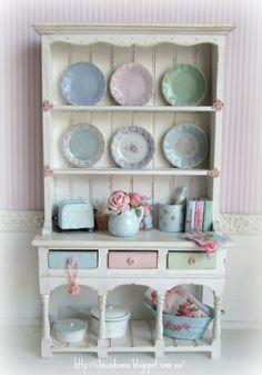Vitrine Miniature, Miniature Dollhouse Furniture, Miniature Rooms, Miniature Kitchen, Miniature Crafts, Miniature Houses, Diy Dollhouse, Dollhouse Miniatures, Barbie Miniatures