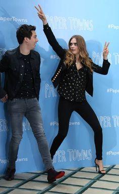 "Cara Delevingne brinca com Nat Wolff no lançamento de ""Cidades de papel"""