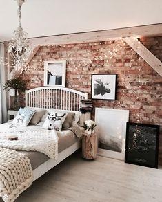 czerwona cegła na ścianie w sypialni