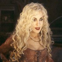 Sarah Jessica Parker as Sarah Sanderson in Hocus Pocus. My favorite Halloween film, for sure. Ya'll can keep you're gory horror films. I've always wanted to make this outfit and go out on Halloween as her. Diy Halloween Games, Halloween Movies, Outdoor Halloween, Halloween Kostüm, Halloween Costumes, Halloween Makeup, Halloween Recipe, Women Halloween, Halloween Decorations