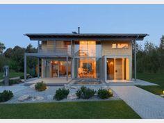Designhaus Alpenchic - modernes Stadthaus von Baufritz | HausXXL | Designer-Landhaus mit Satteldach, Balkon, Terrasse. Mehrgenerationenhaus