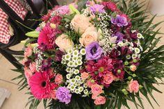 Kytica, ruže, gerbera, santiny, miniruže 50 € http://www.kvetysilvia.sk/donaskova-sluzba/