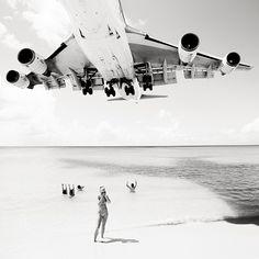 Les avions qui se posent sur l'ile de Les avions qui se posent à Saint Martin doivent utiliser une piste très courte au bord de l'océan ce qui les oblige à voler à quelques mètres au dessus d'une plage publique, Josef Hoflehner en a profité pour réaliser ces photos en noir et blanc.